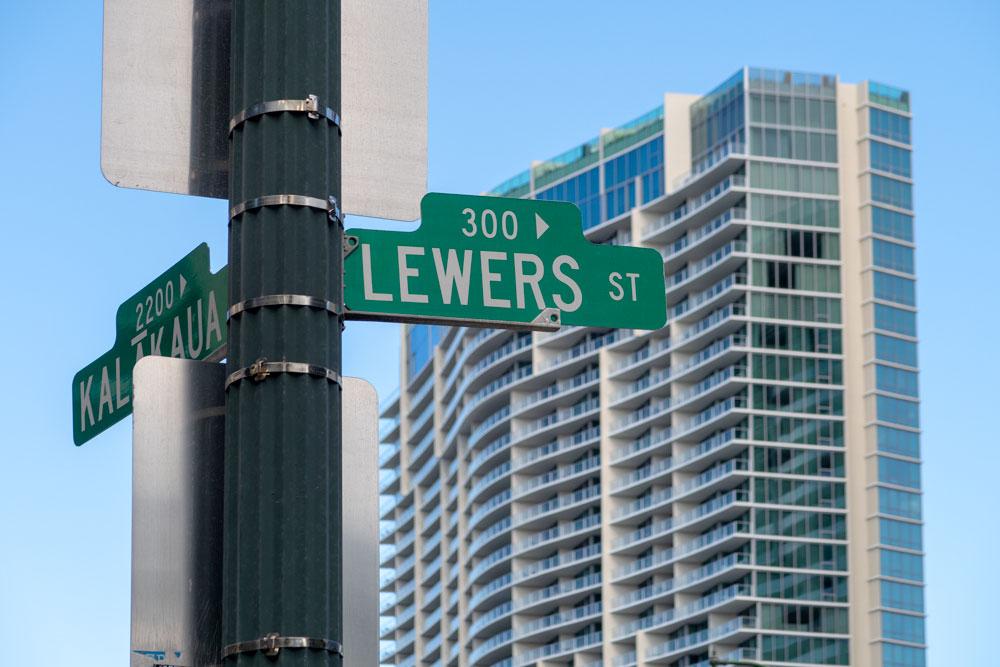 Kalakaua通りとLewers通りの交差点